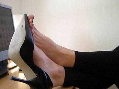 bonito en heels gingir Ashley England in the office
