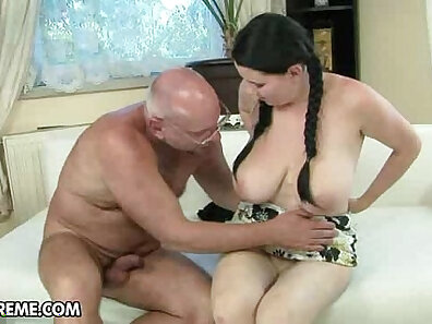 Lady serves dick and receives cum in car. Super gfs were enjoying it