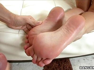 Hijab Foot Wild Babe Gets Oiled and Rich