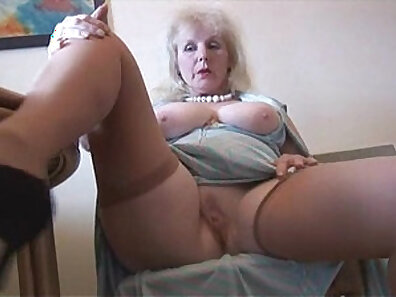 Amateur mature in glasses strip in stockings gets fucked